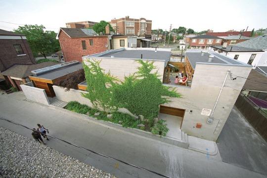Дом со двором (Courtyard House) в Канаде от Studio Junction Inc