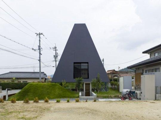 Чёрная пирамида (Black Pyramid House) в Японии от Suppose Design Office