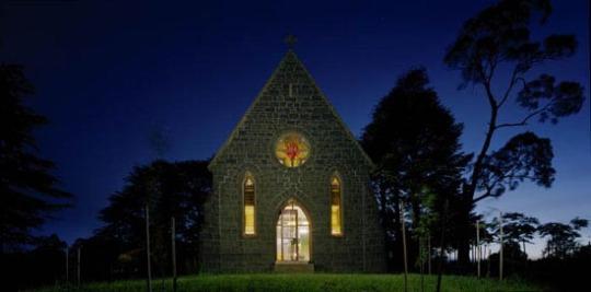 Реконструкция с приспособлением в жилой дом бывшей церкви в Австралии от multiplicity